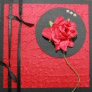 Kort i storleken 10x10 centimeter. Rött och svart mer röd ros och svart satinband.