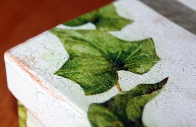 Decoupage - gröna blad på krackelerad ask