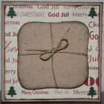 Julkort i vitt med paket och små granar