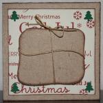 Julkort i vitt med paket och fyra små granar