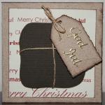 Julkort i vitt med brunt paket och etikett